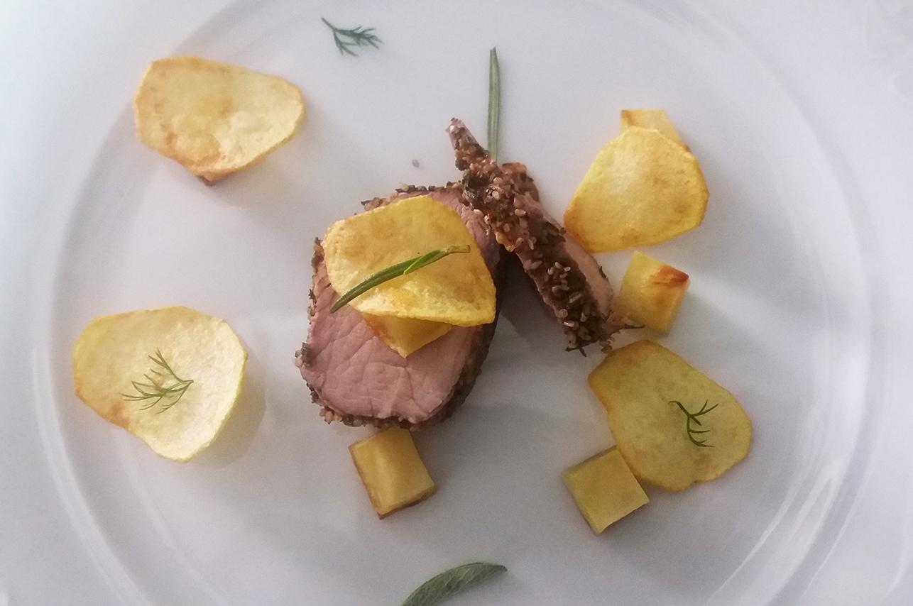 catering cerinella in toscana - filetto di maiele in crosta di sesamo con patate croccanti
