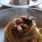 spaghettoni di gragnano con ragù di spada, pomodoro e olive Catering Cerinella Toscana
